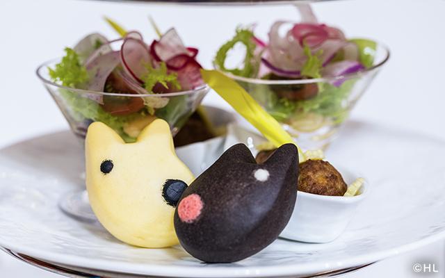 リサとガスパールのキュートなパンと一緒に野菜とお豆を使った華やかなサラダ、ミートボールの煮込みといったセイボリー*