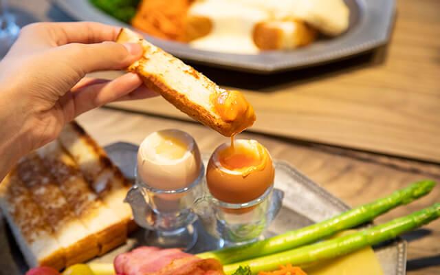 2種類の半熟卵にたっぷり絡めながら味わいます