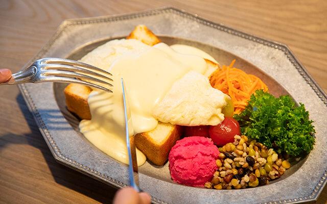 ふわふわの白いオムレツにとろりホワイトチーズソースがかかった鉄板オムレツプレート