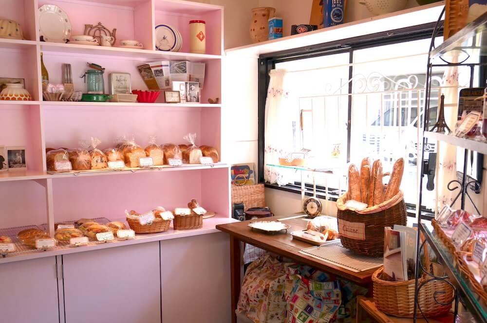 フランスのアンティークに囲まれて、本場仕込みのパンを楽しむ大阪・肥後橋『Louloutte』